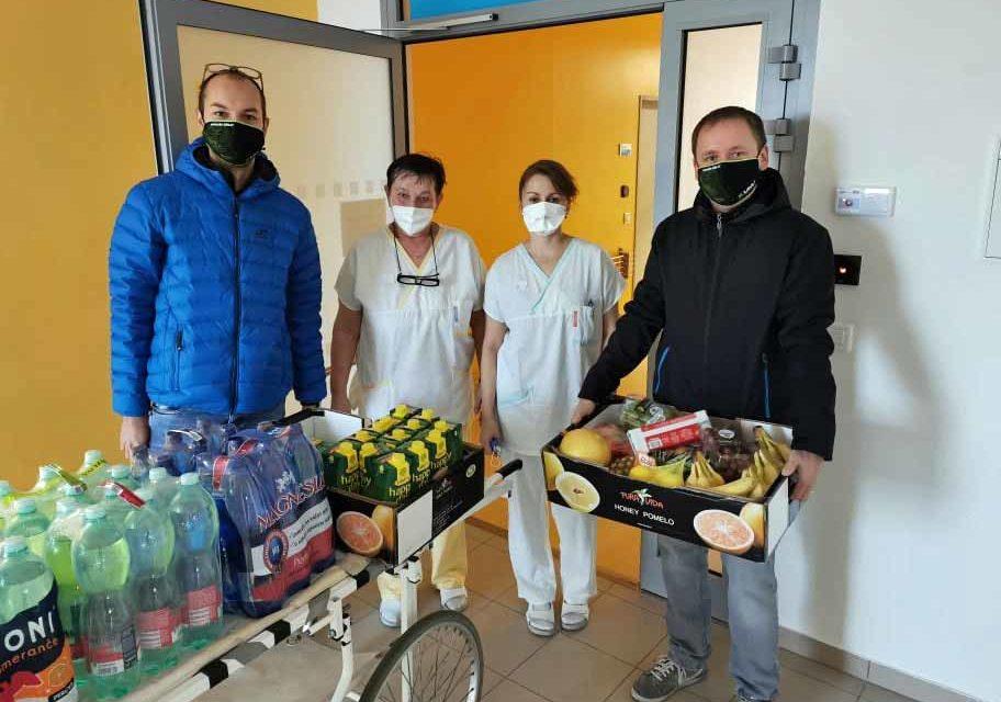 Véčkaři podpořili zdravotníky na covidových centrech